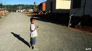 Niño en campamento de viviendas provisionales