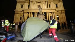 """Судебный пристав сносит палатку движения """"Захвати Лондон"""""""