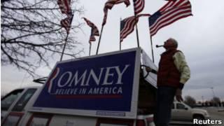 Ativista faz campanha por Romney no Michigan (Reuters)