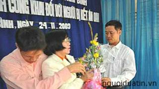 """Bà Phùng Thị Thu nhận hoa trong buổi lễ """"công khai"""" xin lỗi bà hồi năm 2009"""
