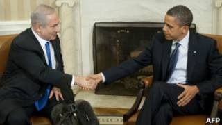 أوباما يصافح نتنياهو في البيت الابيض