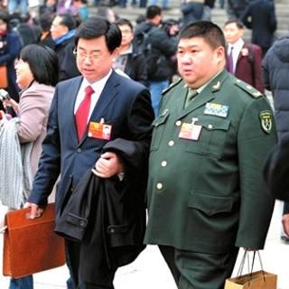 Thiếu tướng Mao Tân Vũ (bên phải)
