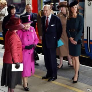 女王一行乘火车抵达莱斯特市