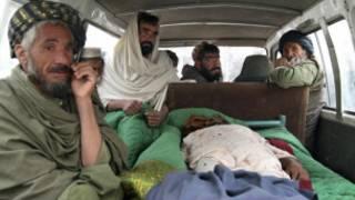 Các thi thể nạn nhân được đặt trên xe