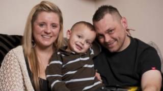 Stevie com os pais, Gemma e John