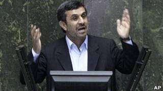 أحمدي نجاد يجيب على أسئلة أعضاء البرلمان