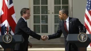 كاميرون (إلى اليسار) يصافح أوباما