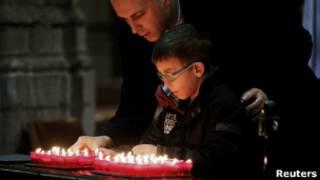Đốt nến tưởng niệm nạn nhân vụ đâm xe buýt tại Thụy Sĩ