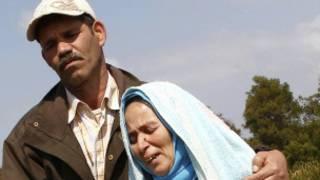 والدا امينة فيلالي يبكيان قرب قبر ابنتهما