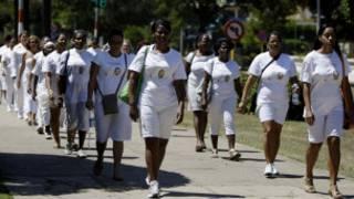 Nhóm Phụ nữ áo trắng đang tuần hành