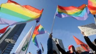 Гей-активисты проводят антипутинский митинг в центре Москвы