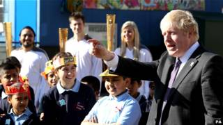 倫敦市長鮑里斯與火炬手在一起