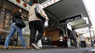 Pedestres caminham em frente à cafeteria onde o brasileiro teria sido dominado pela polícia em Sydney (Reuters/Tim Wimborne)
