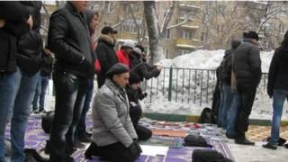 Người Hồi giáo cầu nguyện ngoài trời tại Moscow