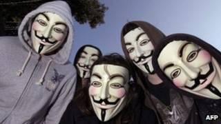 Manifestantes usam máscaras ligadas ao movimento Anonymous (AFP)