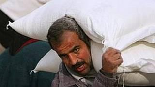 رجل يحمل مساعدات غذائية