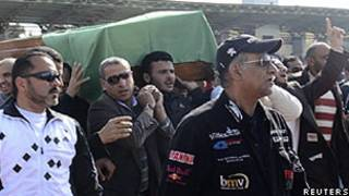 Torcedores carregaram o caixão do menino morto durante confrontos (Reuters)