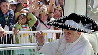 Bento 16 usa um chapeu mexicano ao chegar para a missa no parque de Silao (AP)