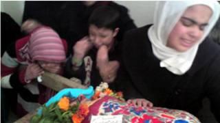 سوري وګړي د حمص په بمبارۍ کې پر وژل شوي ژاړي.