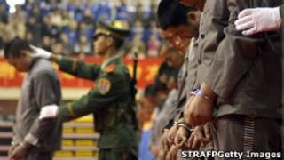 Policial chinês com prisioneiros condenados à morte (foto de arquivo)