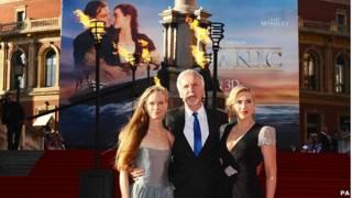 导演卡梅隆夫妇和温斯莱特(右)在皇家阿尔伯特音乐厅前