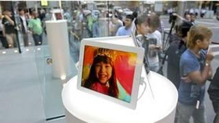 Khách hàng xếp hàng mua iPad 3