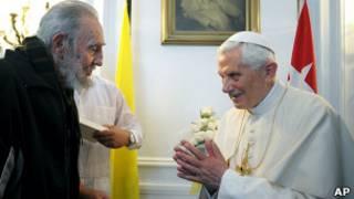 O papa Bento 16 e o ex-presidente cubano Fidel Castro