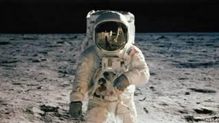 Buzz Aldrin posa tras su primera caminata lunar