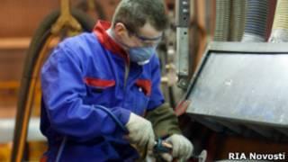 Рабочий завода Ford Sollers во Всеволожске, Ленинградская область