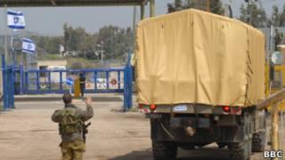 Цистерна с водометом на фоне пограничного пункта Кунейтра
