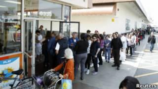 Люди в очереди за лотерейными билетами