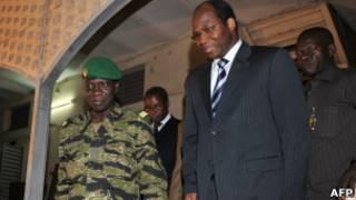 أمادو سانوغو(يسار) ووزير خارجية بوركينا فاسو