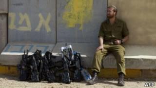 جندي اسرائيلي عند الحدود مع غزة