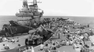 Британские военные на одном из кореблей. 1982 год
