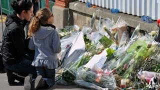 Цветы у места нападения на еврейскую школу в Тулузе