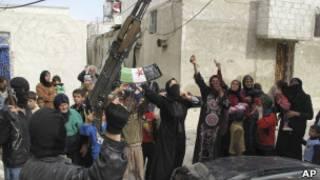 سوريون يرددون شعارات ضد بشار الاسد