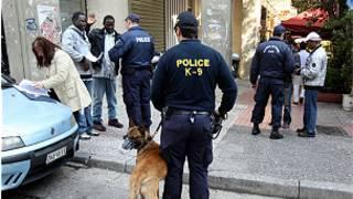 تفتيش مهاجرين في اثينا