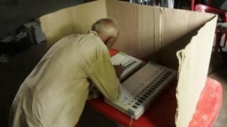 मतदान करता एक मतदाता (फ़ाइल फ़ोटो)