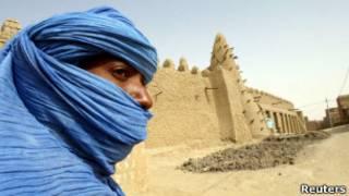 Кочевник-туарег возле старинной мечети