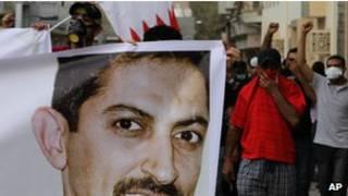 محتجون بحرينيون يحملون صورة الخواجة