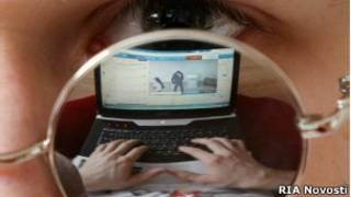 Житель Казани смотрит на ноутбуке веб-трансляцию президентских выборов 4 марта 20102 года
