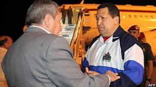 Foto fornecida pela Presidência da  Venezuela mostra Chávez sendo recebido por Raúl Castro em Havana (AFP)