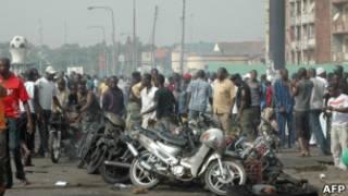 Обгоревшие мотоциклы после взрыва в Нигерии
