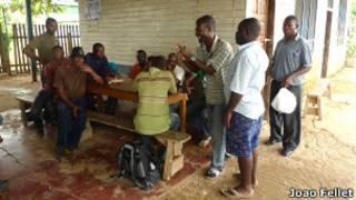 Haitianos esperam para cruzar fronteira brasileira. João Fellet/BBC