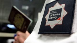英国边境署人员检查护照