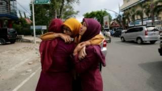 أقارب ضحايا زلزال وقع في اندونيسيا (أرشيف)