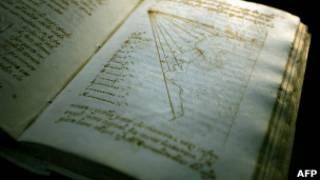 Livro pertencente à Biblioteca do Vaticano, em foto de arquivo (AFP)