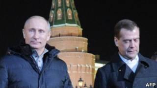 Путин и Медведев на фоне Кремля