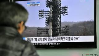 Người dân Hàn Quốc theo dõi vụ phóng tên lửa Bắc Hàn qua truyền hình