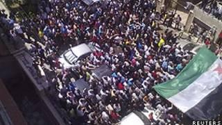 Manifestantes protestam contra o presidente sírio, Bashar al-Assad, depois das orações de sexta-feiram, em Homs (Reuters)